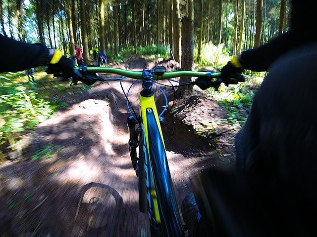 GoPro kamera umístěná na kole
