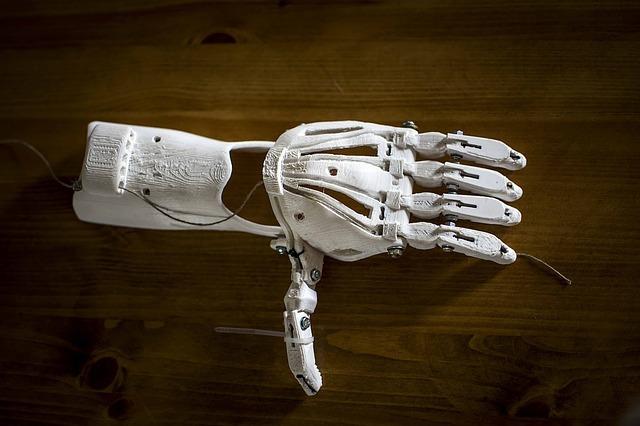 prostetická ruka, vyrobená na 3D tiskarně